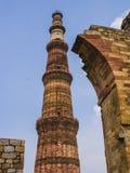 Qutb Minar och att omge fördärvar, Delhi, Indien Arkivfoto