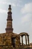 Qutb Minar och delar av qutbkomplexet Royaltyfri Bild