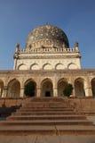 Qutb Shahi Tomb med trappa, Hyderabad royaltyfria foton
