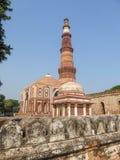 Qutben Minar är den mest högväxta tegelstenminaret i världen och lokaliseras i staden av Delhi india Det är en UNESCOvärld Herita arkivbilder