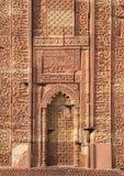 Qutub Minar复合体,德里,印度被雕刻的墙壁  免版税库存图片