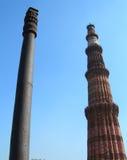 Qutub Minar尖塔和铁柱子在新德里,印度 库存图片
