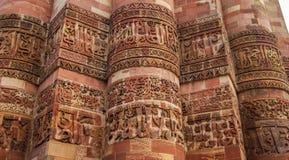 Qutub Minar柱子  黑色公用德里印度人模式乘坐三运输tuk都市被转动的黄色 免版税库存照片