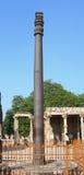 Qutub Minar铁柱子在新德里,印度 免版税图库摄影