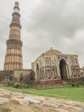 Qutub Minar с мечетью Стоковые Изображения RF