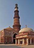 Qutub Minar e tomba dell'imam Zamin Immagini Stock Libere da Diritti