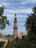 Qutub Minar ed Alai Darwaza dentro il complesso di Qutb in Mehrauli Fotografia Stock