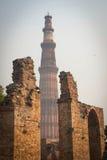 Qutub Minar fuera de la visión Imagen de archivo libre de regalías