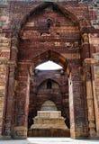 Qutub Minar grav royaltyfri bild