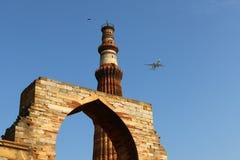 Qutub Minar - minaret för tegelsten för världs` s den mest högväxta Royaltyfria Bilder