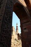 Qutub Minar - minaret för tegelsten för världs` s den mest högväxta Arkivfoto
