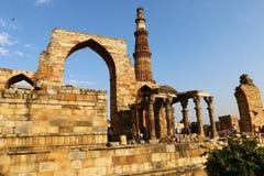 Qutub Minar - minaret för tegelsten för världs` s den mest högväxta Fotografering för Bildbyråer