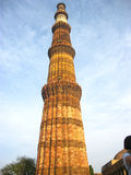 Qutub Minar na posição vertical com fundo do céu azul - JULHO DE 2017 222 Imagens de Stock Royalty Free