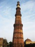 Qutub Minar nella posizione verticale con il fondo del cielo blu - LUGLIO 2017 222 Immagine Stock