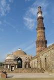 Qutub Minar och Alai Darwaza inom det Qutb komplexet i Mehrauli Fotografering för Bildbyråer