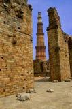 Qutub minar und Ruinen Stockfoto