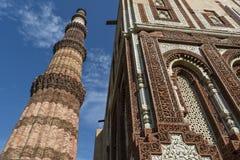 Qutub Minar und verwickelte eingelegte Arbeit auf Alai Darwaza innerhalb Qutb-Komplexes in Mehrauli lizenzfreie stockfotografie