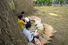 Quy Nhon,越南- 2016年10月22日:做圆锥形帽子的妇女在村庄在Quy Nhon 库存图片
