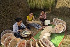 Quy Nhon,越南- 2016年10月22日:做圆锥形帽子的妇女在村庄在Quy Nhon 库存照片