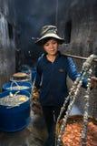 Quy Nhon,越南- 2016年10月22日:处理在鱼市上的海鲜在Quy Nhon,越南南方 妇女运载煮沸的se篮子  免版税库存照片