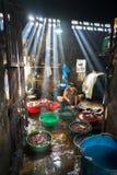 Quy Nhon, Vietnam - 22 Oct, 2016: Zeevruchtenverwerking bij vissenmarkt in Quy Nhon, Zuid-Vietnam stock foto's