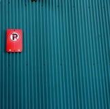Rà ¹ Œed在深蓝锌墙壁上的禁止停车标志 免版税库存图片