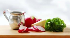 rábanos Ingredientes para la extensión o la sopa del rábano - perejil del rábano de los rábanos, de la mantequilla, poner crema y Foto de archivo libre de regalías