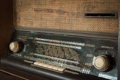 Rádio análogo da antiguidade de madeira do vintage com o seletor de rádio na tabela de madeira imagens de stock
