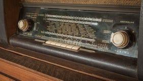 Rádio análogo da antiguidade de madeira do vintage com o seletor de rádio na tabela de madeira fotos de stock royalty free