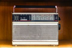 Rádio análogo sujo do vintage velho fotografia de stock