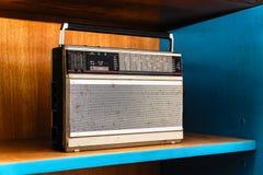 Rádio análogo sujo do vintage velho fotografia de stock royalty free