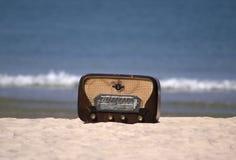Rádio clássico em uma praia Foto de Stock Royalty Free