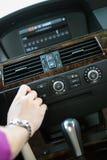 Rádio de ajustamento no carro Fotografia de Stock Royalty Free