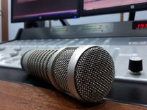 Rádio do mic FM do crescimento do estúdio fotos de stock royalty free