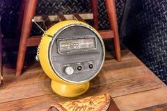 rádio do vintage da forma da Metade-esfera no amarelo imagem de stock