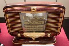 Rádio do vintage na mostra do robô e dos fabricantes Fotos de Stock Royalty Free
