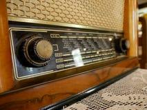 Rádio do vintage no caso de madeira Fotografia de Stock