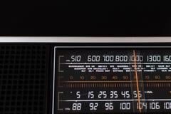Rádio 70s análogo velho com estações de rádio europeias no selecti Imagens de Stock