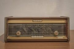 Rádio velho em uma tabela de madeira imagem de stock royalty free
