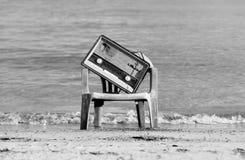 Rádio velho formado vintage na praia Fotografia de Stock Royalty Free
