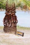 Rádio velho formado vintage na praia Fotografia de Stock