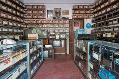 Rádios diferentes, televisão e eletrônico do vintage velho em prateleiras de loja antiga no golpe Yai Nonthaburi, Tailândia fotos de stock royalty free