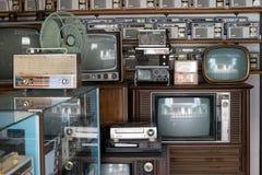 Rádios diferentes, televisão e eletrônico do vintage velho em prateleiras de loja antiga no golpe Yai Nonthaburi, Tailândia imagem de stock royalty free