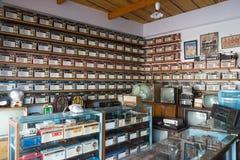 Rádios diferentes, televisão e eletrônico do vintage velho em prateleiras de loja antiga no golpe Yai Nonthaburi, Tailândia imagens de stock