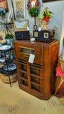 Rádios do vintage da loja antiga e knacka do entalhe fotografia de stock royalty free