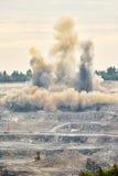 Ráfaga de la explosión en mina de la mina de la explotación minera a cielo abierto Imagen de archivo