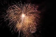 Ráfaga del fuego artificial en cielo oscuro en el Año Nuevo de la celebración de la noche, cuenta d Fotografía de archivo