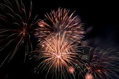 Ráfaga del fuego artificial en cielo oscuro en el Año Nuevo de la celebración de la noche, cuenta d Imagen de archivo libre de regalías
