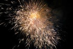 Ráfaga del fuego artificial en cielo oscuro en el Año Nuevo de la celebración de la noche, cuenta d Imágenes de archivo libres de regalías