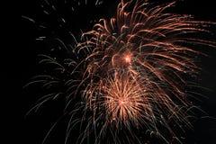 Ráfaga del fuego artificial en cielo oscuro en el Año Nuevo de la celebración de la noche, cuenta d Imagen de archivo